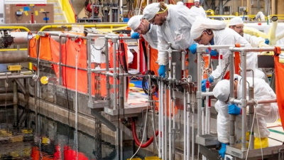 Workers transfer lead test rods to Hatch 1's used fuel pool (Image: Southern Nuclear)