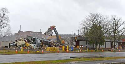 Oak Ridge crews knock down the K-1006 Building at the East Tennessee Technology Park. Image: govdelivery.com